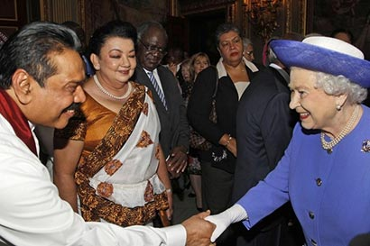 Britain's Queen Elizabeth with Sri Lanka President Mahinda Rajapaksa