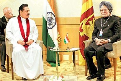 Sri Lanka President Mahinda Rajapaksa with Indian Prime Minister Manmohan Singh