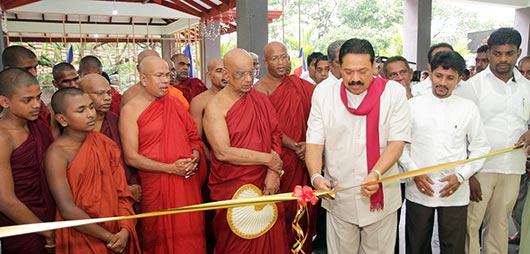President Rajapaksa pays homage to Gothama Thapowana temple at Kalapaluwawa