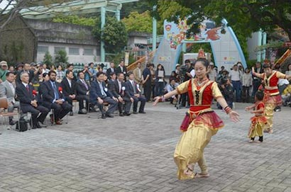 Japanese dancers perform Sri Lankan cultural dances at the Sri Lanka Festival held at the Higashiyama zoo on Saturday, 6th October 2012. Looking on are H.E.AdmiralWasanthaKarannagoda, Ambassador and Mr.Takashi Kawamura, Mayor of Nagoya