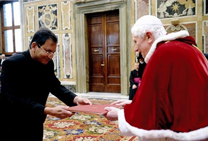Ambassador Aryasinha presents credentials to Pope Benedict XVI