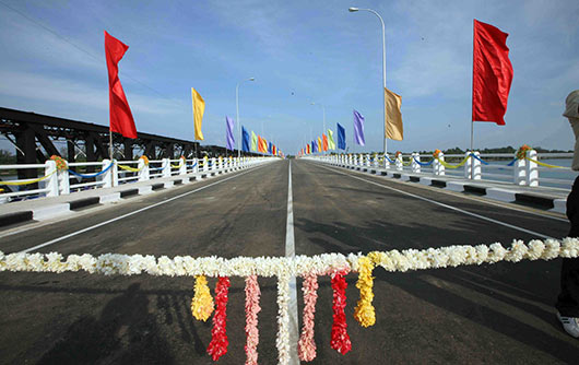 President Rajapaksa declares open Kalladi Bridge linking East and South