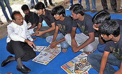 MDMK chief Vaiko interacting with college students who are staging 'fast-unto-death' over the Sri Lankan Tamils' issues, in Chennai on Saturday