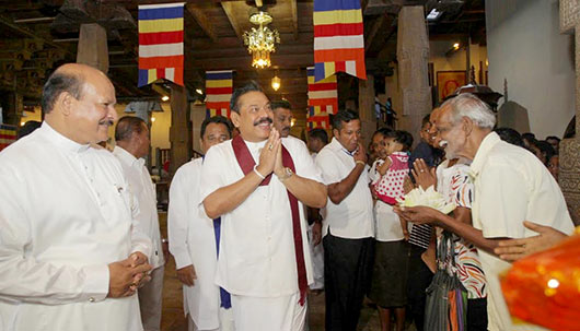 President Mahinda Rajapaksa worshipped at the Sri Dalada Maligawa in Kandy