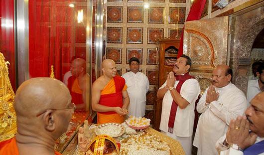 President Mahinda Rajapaksa worshipped at the Sri Dalada Maligawa in Kandy
