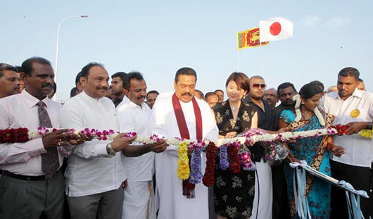 The President declares open the Manmunai Bridge linking Batticaloa and Ampara Districts