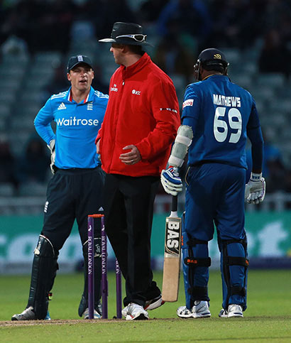 chat between Jos Buttler and Angelo Mathews