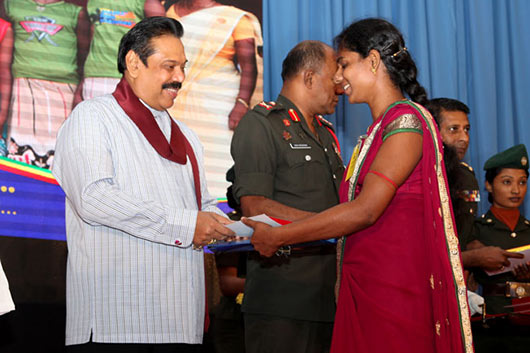 President Mahinda Rajapaksa returning gold to tamils