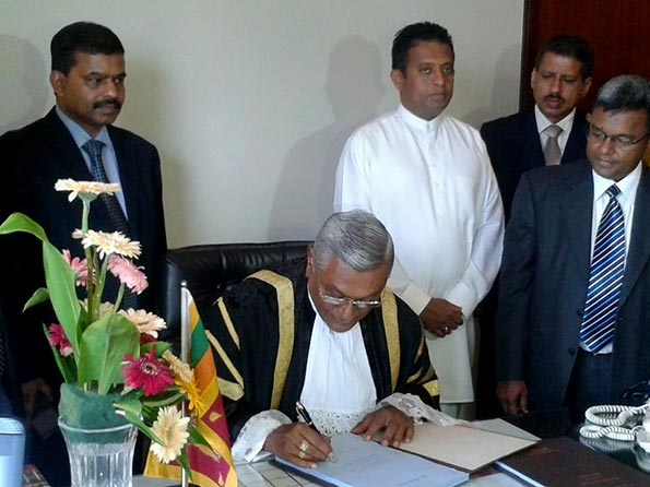 Speaker Chamal Rajapaksa signs blueprint of 19 amendment