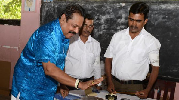 Mahinda Rajapaksa casting his vote