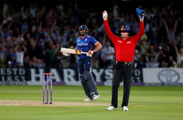 Liam Plunkett hits a six at last ball