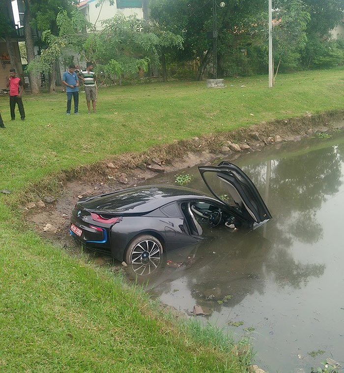 BMW i8 accident in Thalawatugoda in Colombo Sri Lanka