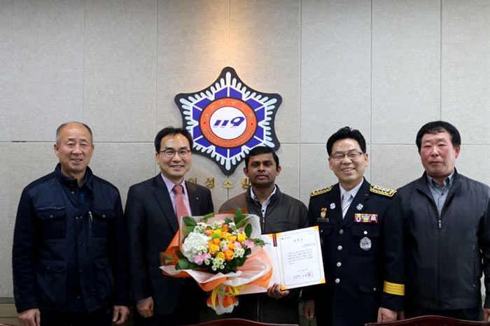 Sri Lankan given permanent residence in South Korea after saving woman from fire