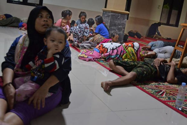 Tsunami hits Indonesia