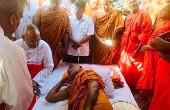 Cardinal Malcolm Ranjith visits Ven. Athuraliye Rathana thera