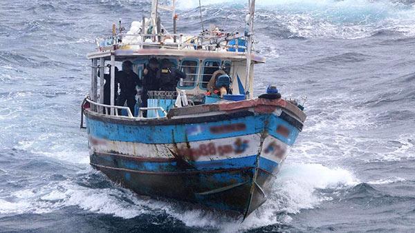 Australia stops Sri Lankan asylum boat